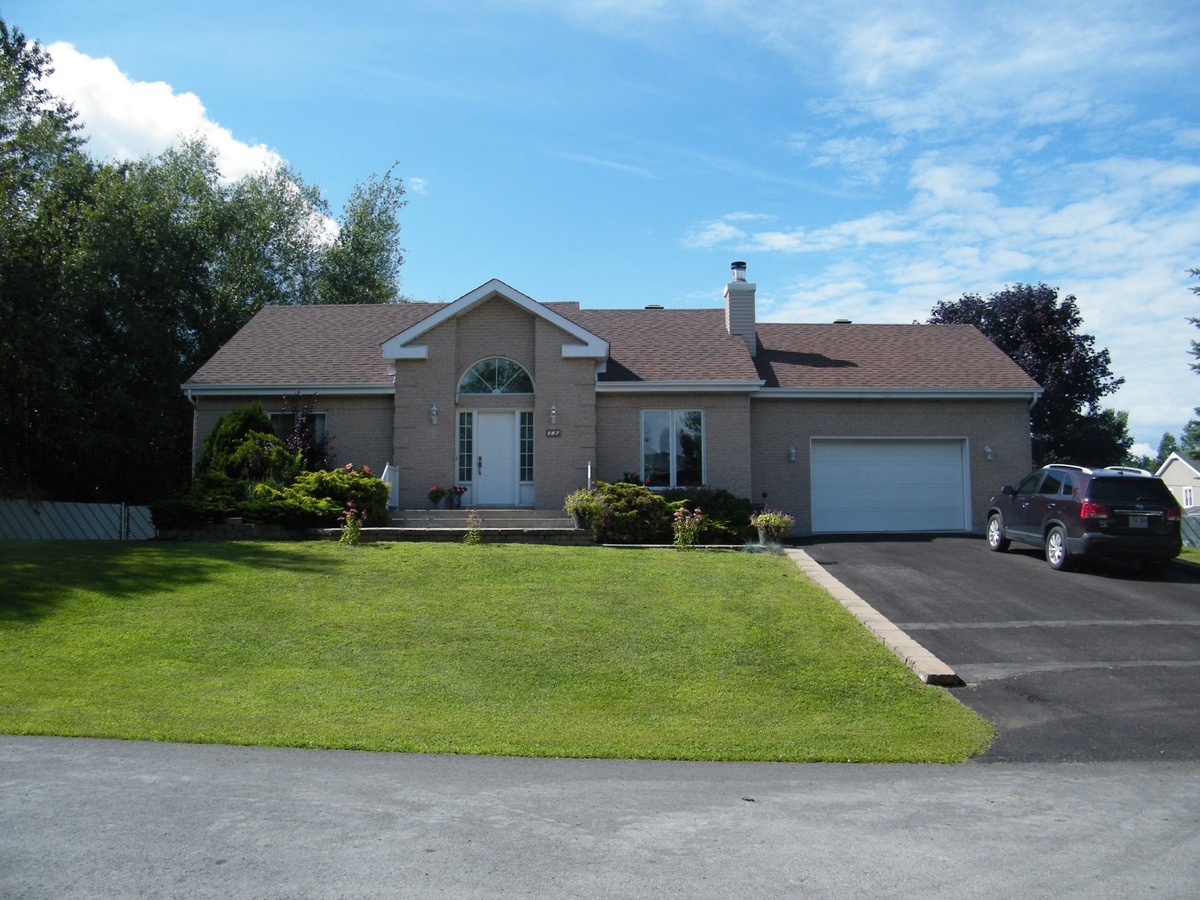 Bungalow for sale in saint joseph du lac laurentides for Chauffe piscine au propane